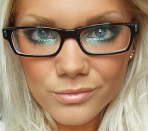 Se a opção forem as armações maiores, o estilo já é outro. Mais poderosos,  esse tipo de óculos te permite usar uma maquiagem mais pesada e com mais  cores. f58a768ae9